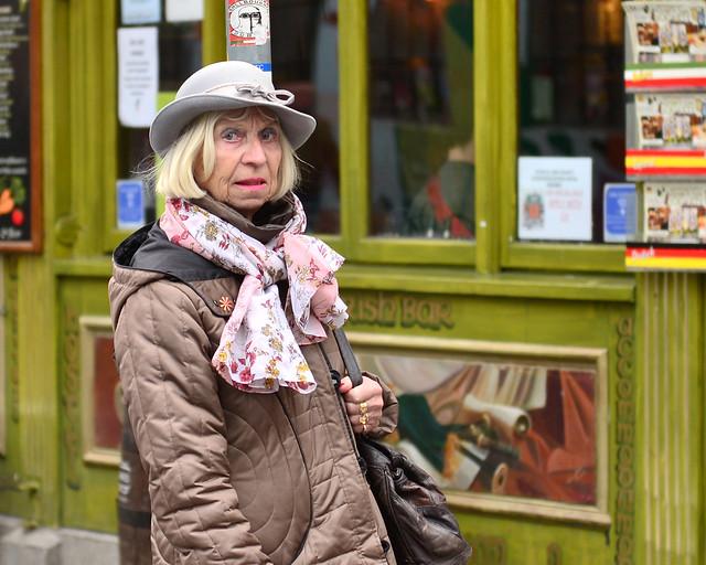 Señora posando para nosotros muy elegante frente a uno de los pubs de Temple Bar