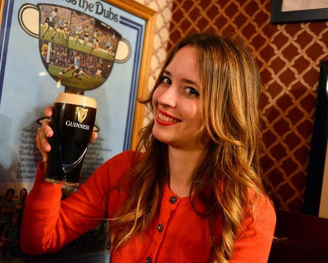 Bebiendo cerveza en el interior del pub O'neills