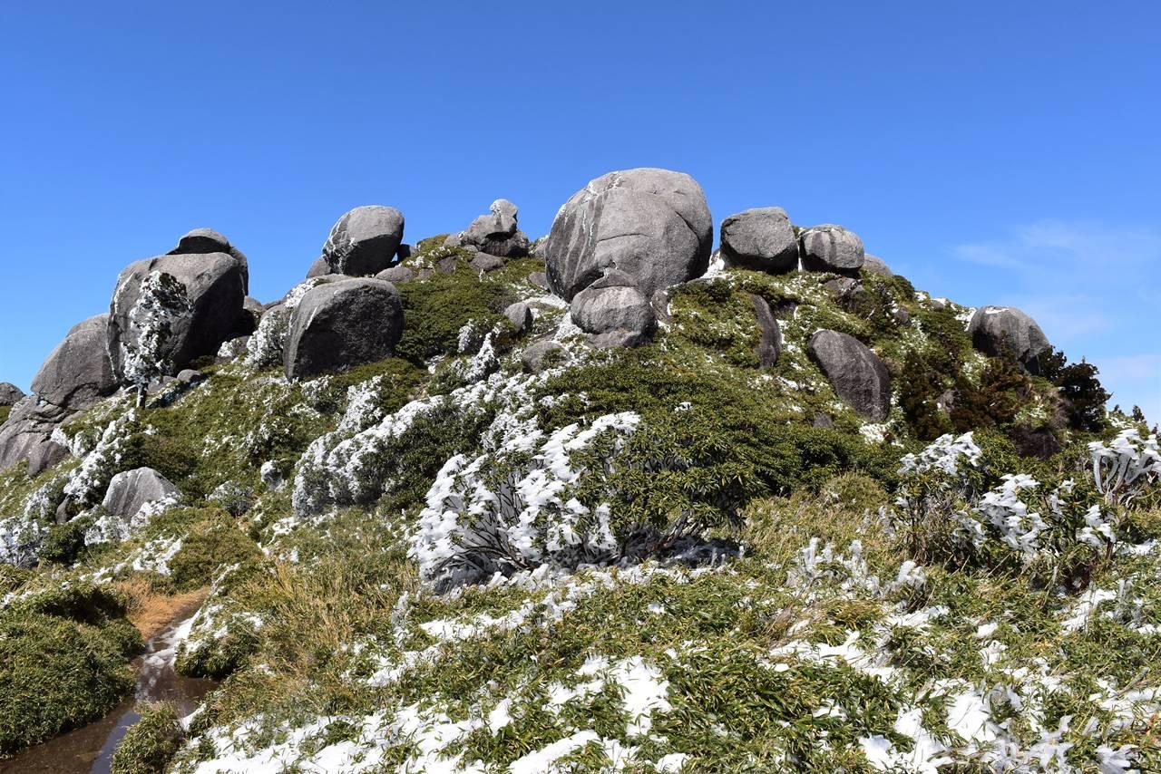 宮之浦岳縦走登山・平石岩屋の岩群