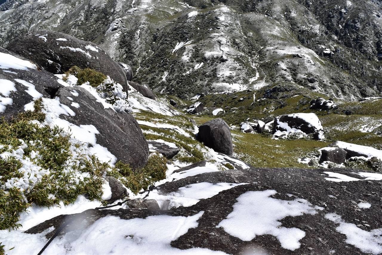 永田岳山頂の岩場