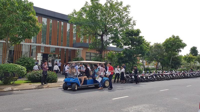 quý khách đi tham quan Park Riverside Premium bằng xe điện