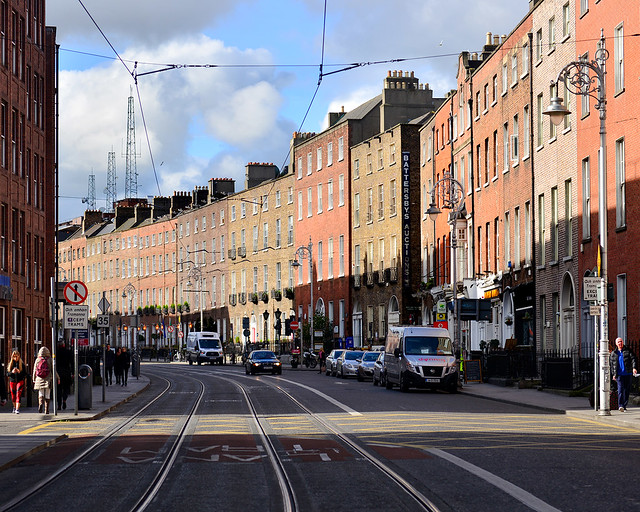 Clásica que ver en el centro de Dublín de fachadas rojas, ocres y marrones