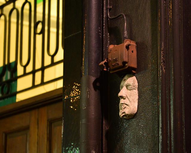 Misteriosa cara en una de las calles del barrio de Temple Bar