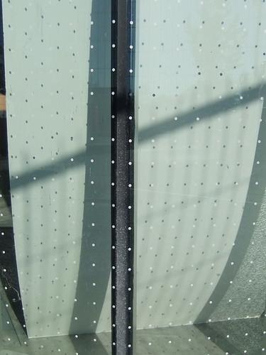防止鳥撞上玻璃的點狀圖樣。圖片來源:Simon(CC BY-NC-SA 2.0)。