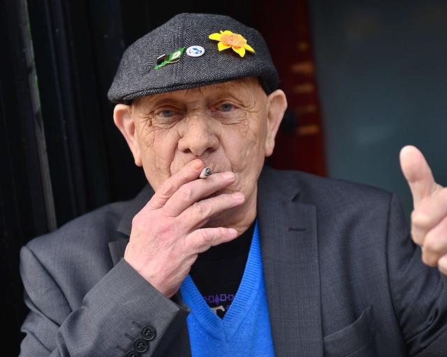 Señor irlandés que saluda tras recorrer lo mejor que ver en Dublín
