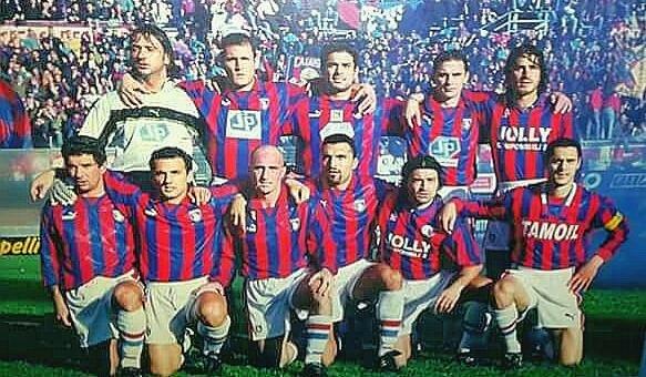 Il Catania in campo a Messina il 13 dicembre 1998. In piedi da sx: Bifera, Cicchetti, Manca, Ripaldi, Marziano. Accosciati, da sx: Del Giudice, Tarantino, Brutto, Monaco, Lugnan, Di Dio