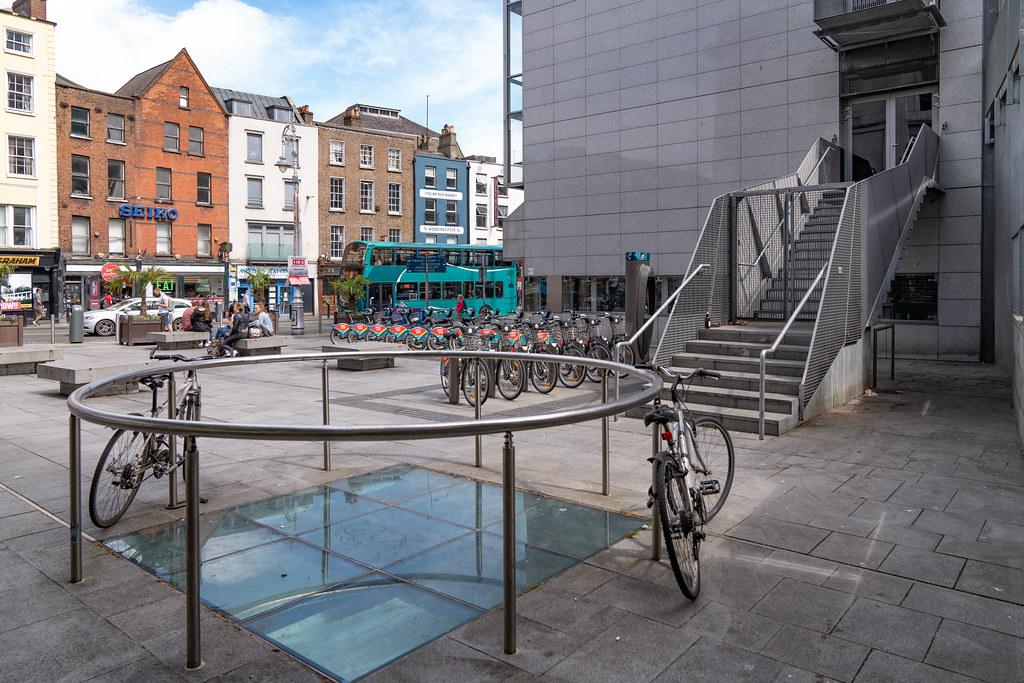 DUBLIN BIKES DOCKING STATION 10 ON DAME STREET 002