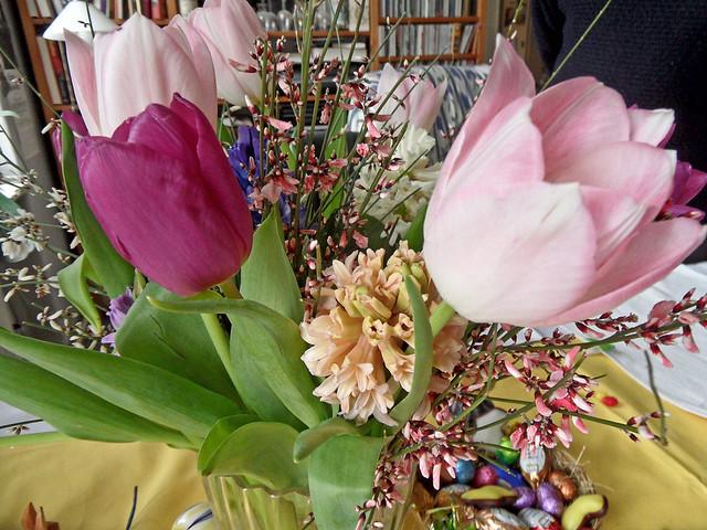 Frühlingshafter Blumenstrauß aus rosa Tulpen und lila Hyazinthen