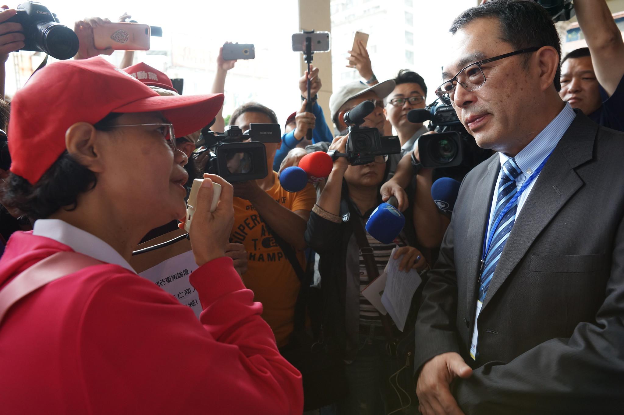 台灣國防產業發展協會秘書長朱旭明(右)出面接受陳情。(攝影:王顥中)
