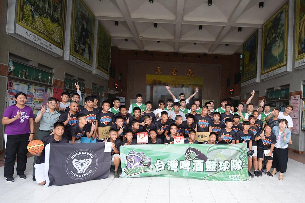 台灣啤酒籃球隊和成功高中籃球隊合照。(台灣啤酒籃球隊提供)