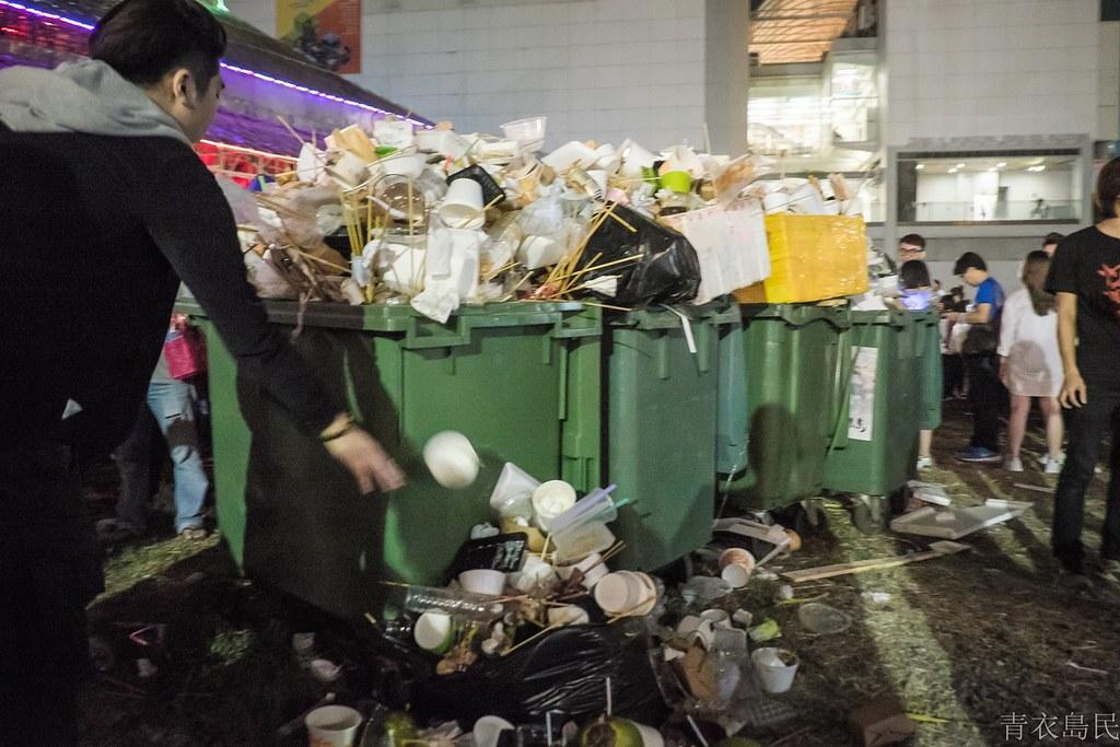 香港青衣戲棚的特色是有大量的美食攤進駐,每年也產生數量可觀的垃圾。圖片:青衣島民提供。