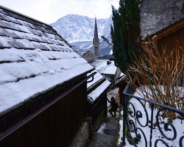 El invierno en Hallstatt, su iglesia y los tejados nevados