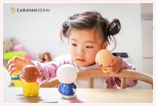 アンパンマン人形で遊ぶ女の子