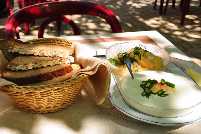Hessen Odenwald Spezialitäten Apfelwein Äppelwoi Handkäse Kochkäse Weißer Käse mit Musik Foto: Brigitte Stolle