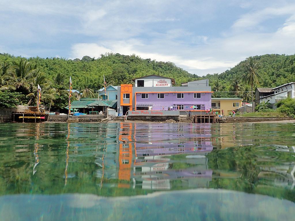 阿尼洛大多是依海而建的度假村、潛店,阿尼洛攝影中心甚至開設水中攝影專門課程,或邀請各國水中攝影師駐店分享。(圖片提供/Anilao Photo Academy)