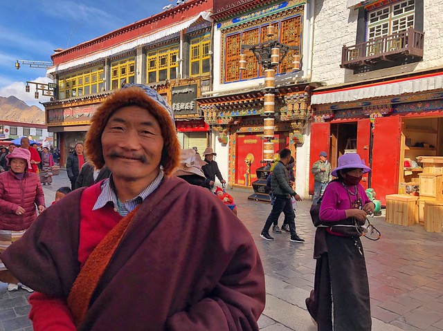 Tibetano haciendo la kora alrededor del Jokhang en Lhasa (Tíbet)