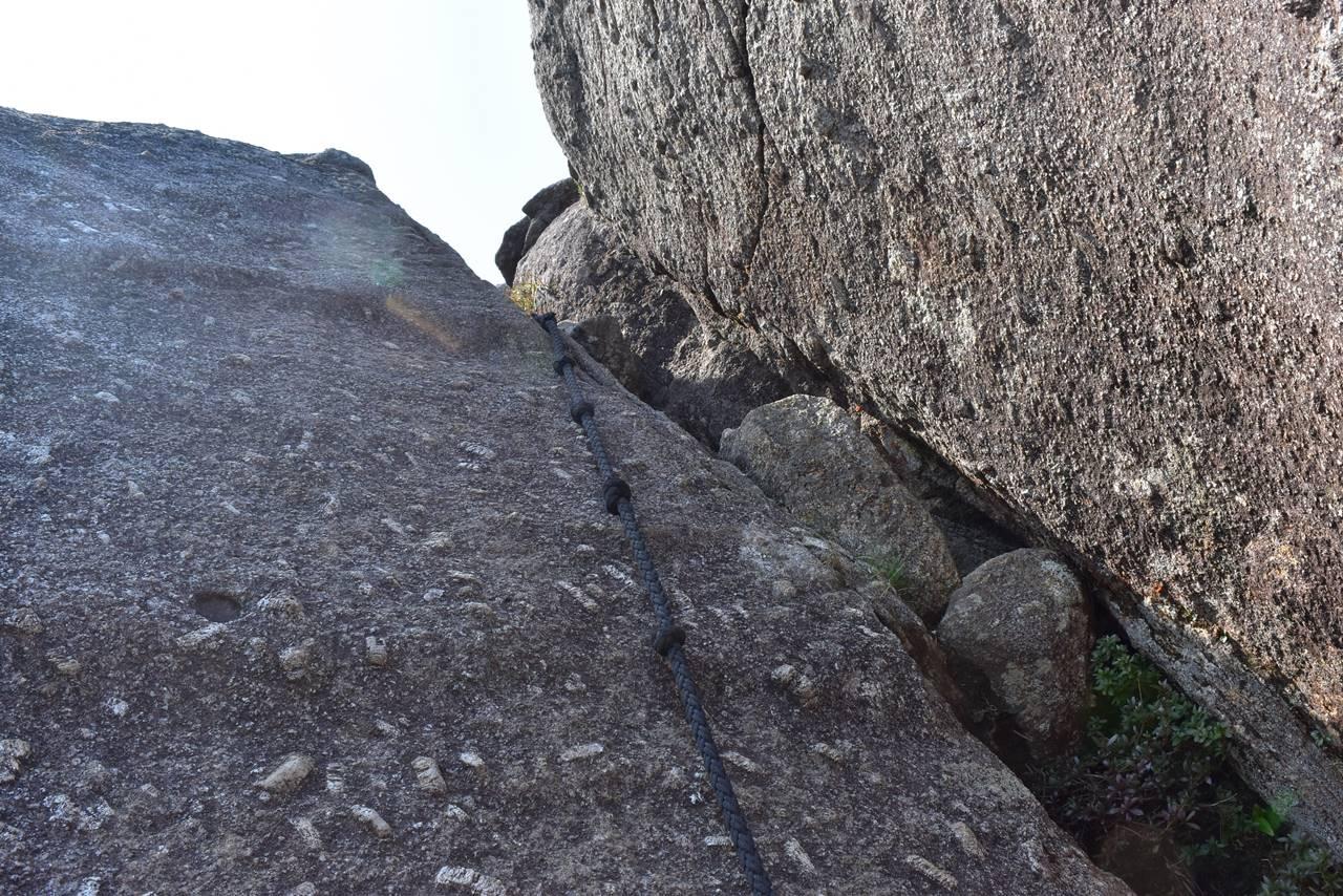 モッチョム岳山頂手前のロープ