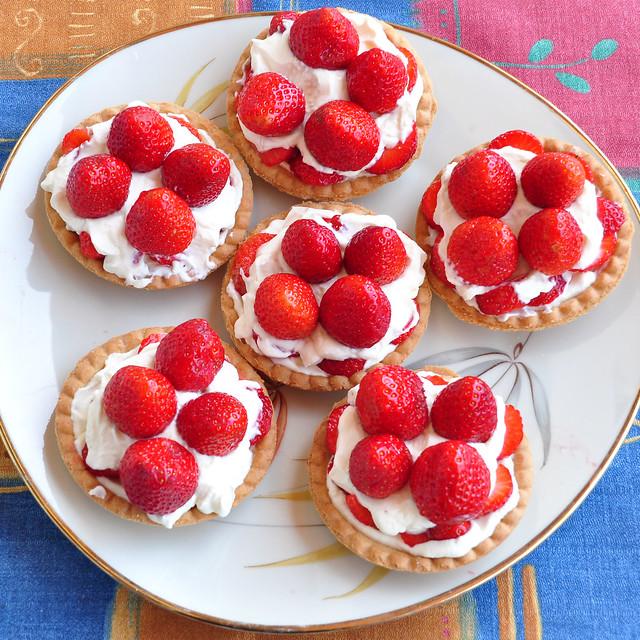 Mai 2018: Erdbeer-Tartelettes mit geschlagener Sahne ... Foto: Brigitte Stolle