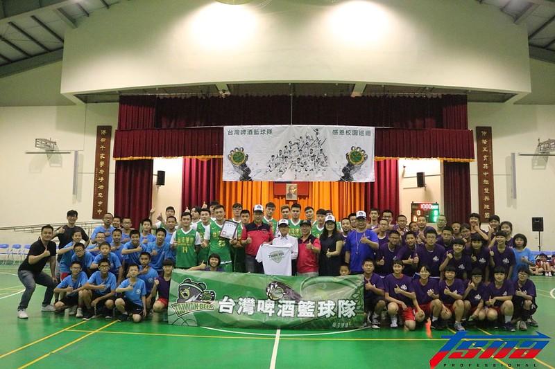 台灣啤酒籃球隊與伸港國中師生合影。(行大昀/攝)