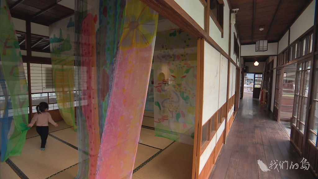 955-3-1 (31)_0老屋大廣間裡,藝術家鄭元東透過絹絲畫,以輕柔姿態,訴說不同的愛情故事。