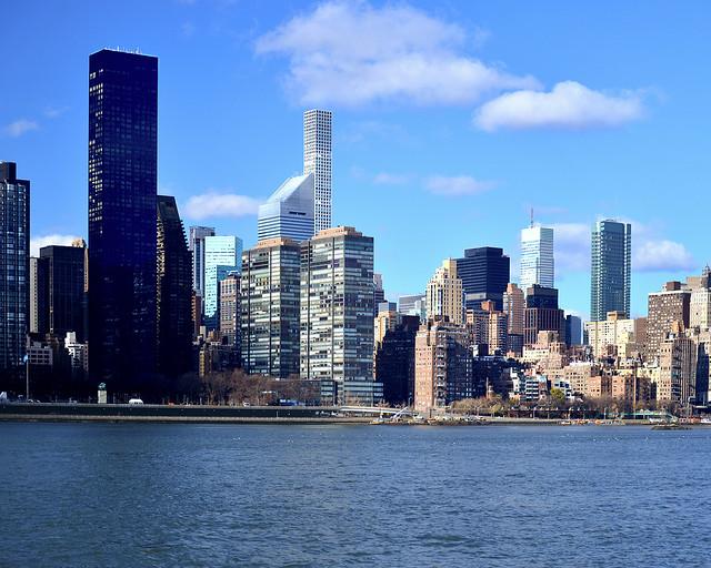 Vistas de los rascacielos de Nueva York desde el muelle del East River