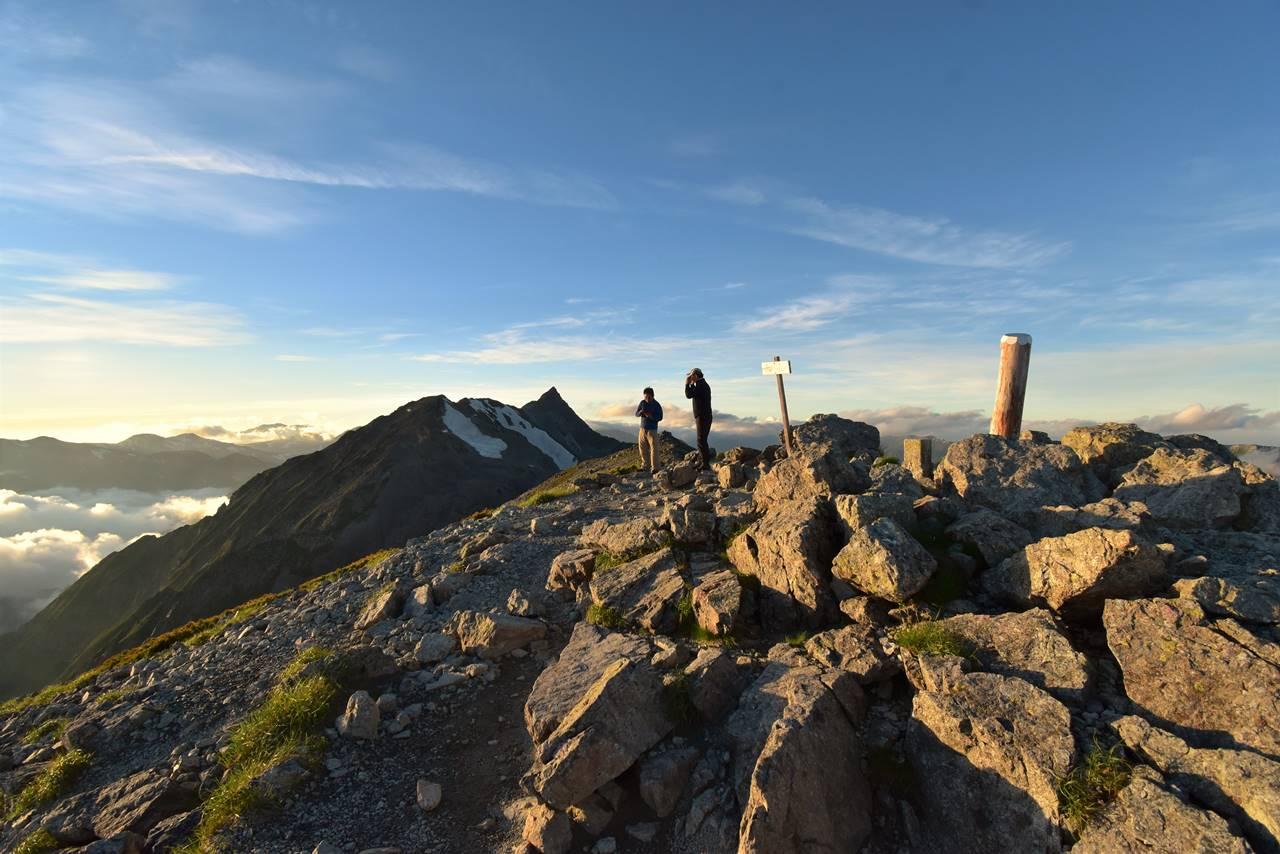 南岳山頂で夕陽を待つ