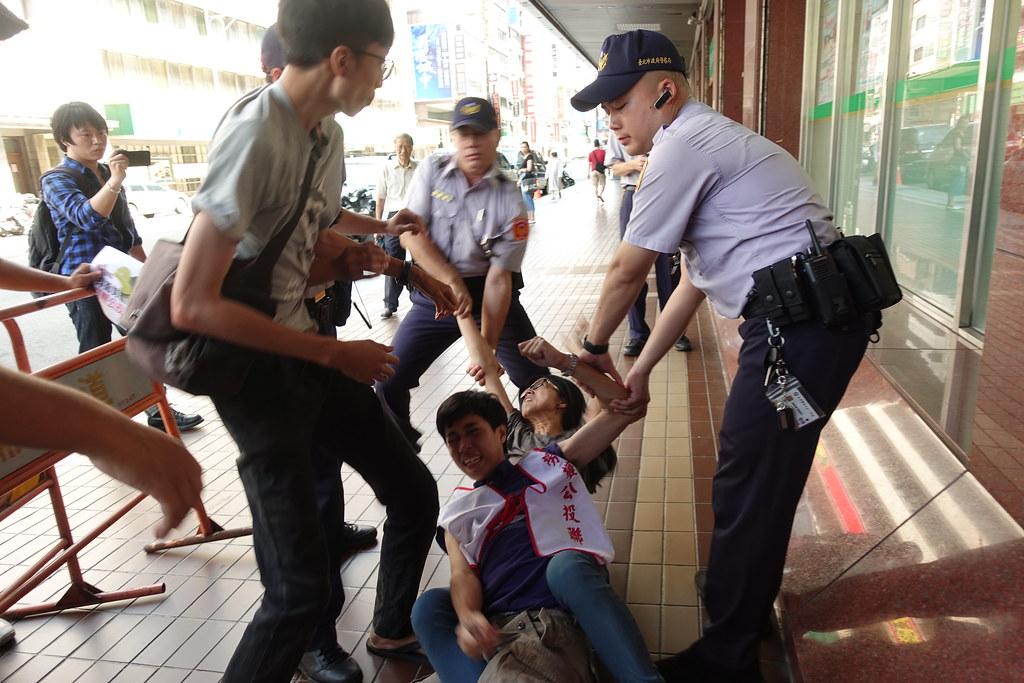 抗议群众被警方粗暴拖行。(摄影:张智琦)