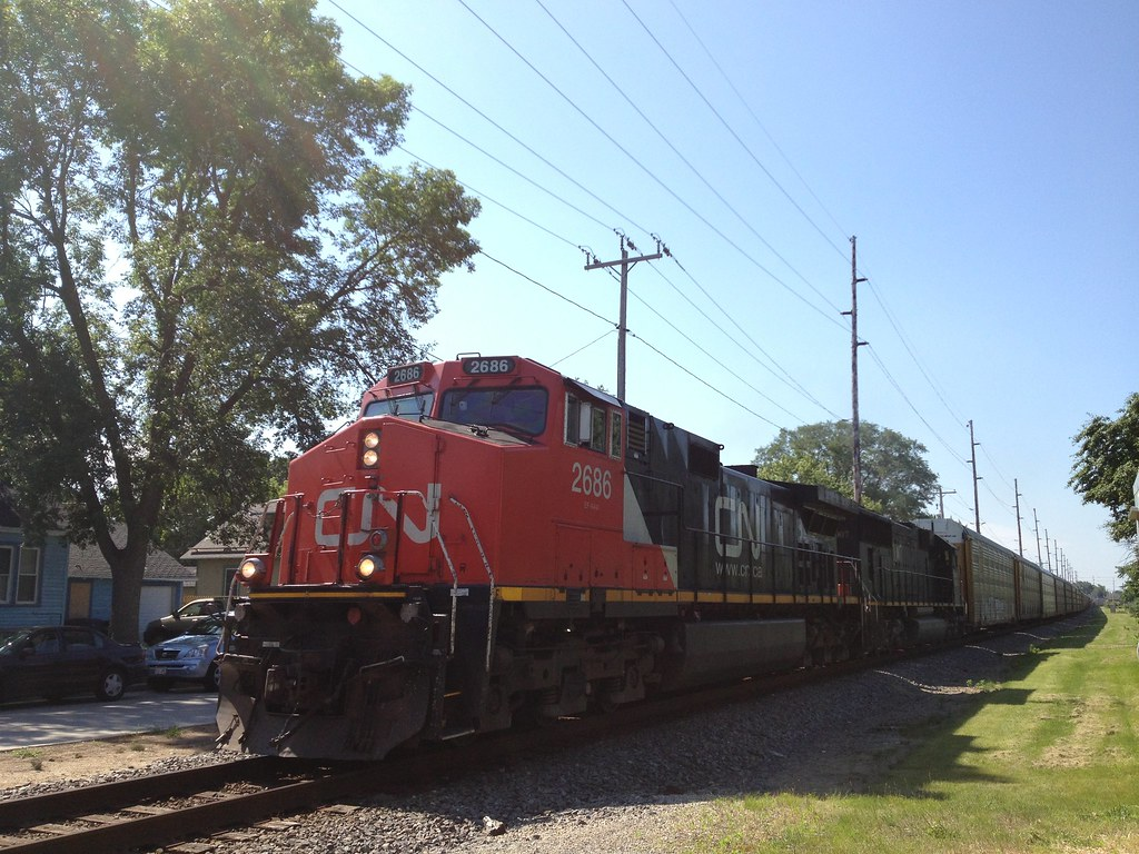 ... CN 2686 and IC 1007 lead a train towards Irving Ave during the Fourth  of July