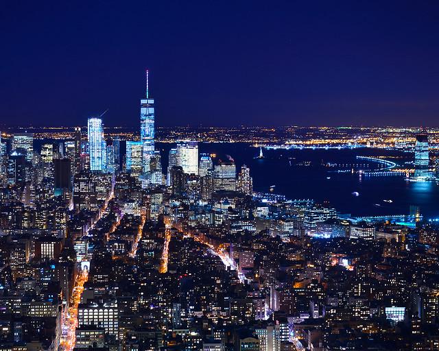 Skyline de Nueva York de noche, con el One World a la izquierda de la imagen y a la derecha el Hudson