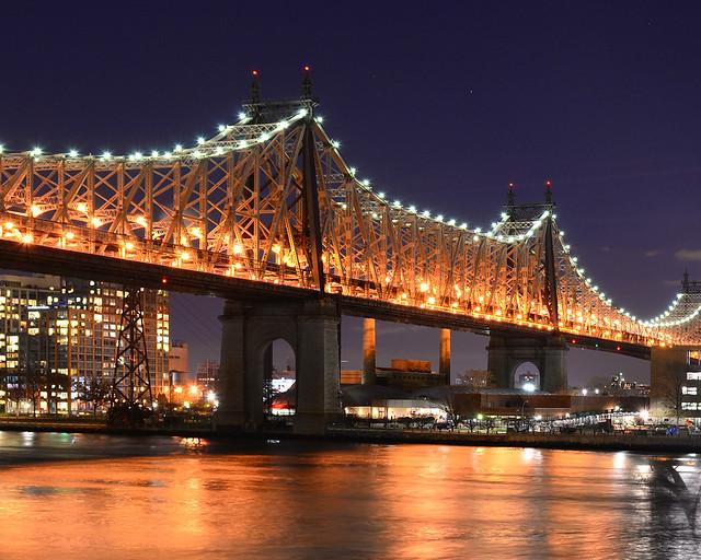 Puente de Queensboro desde el parque Sutton de Nueva York al anochecer