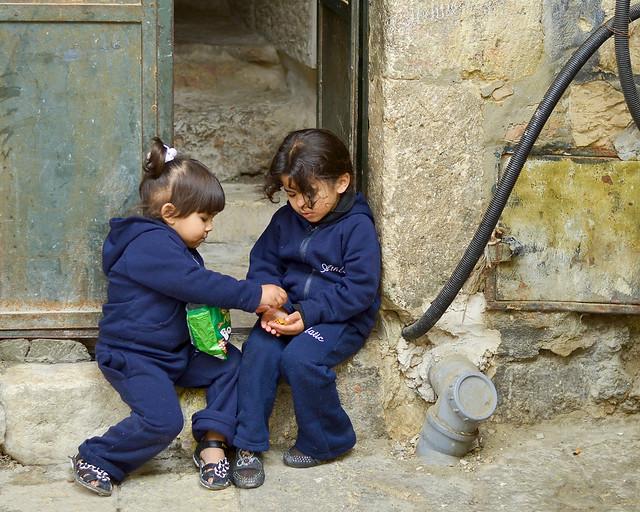 Niños jugando entre ellos en una puerta de Jerusalén