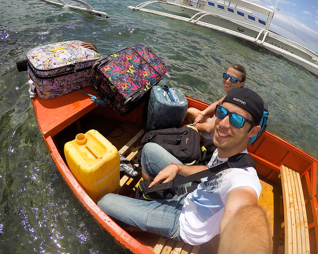 Con todo el equipaje a bordo de una barca en Filipinas