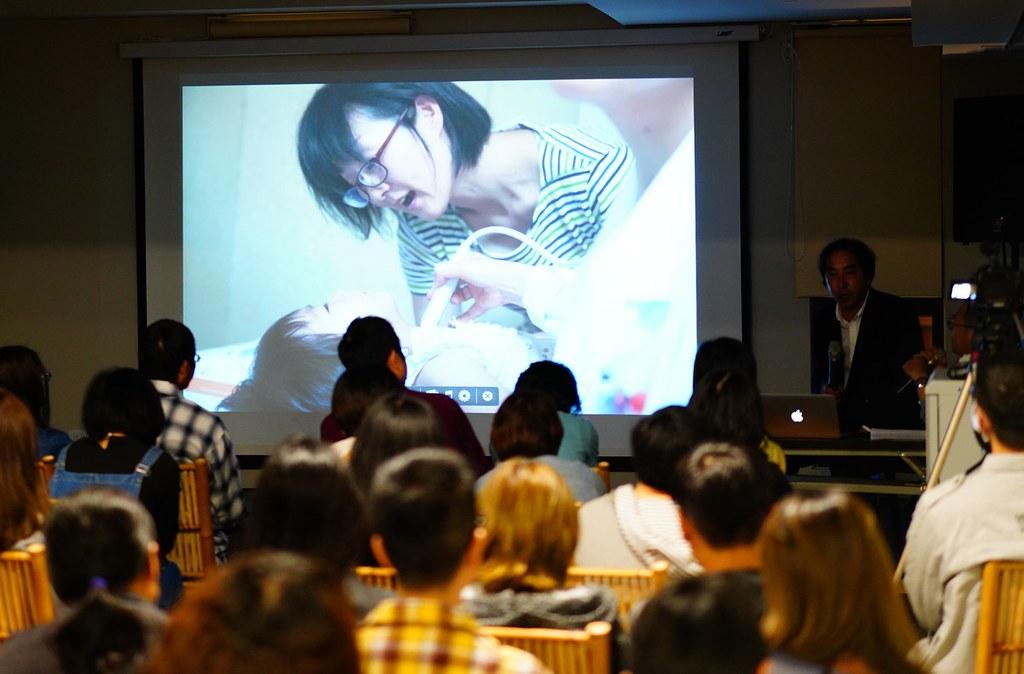 演講最後,豐田先生秀出這張媽媽抱著小孩接受甲狀腺超音波檢查,媽媽臉上滿是心疼的照片。傅志男攝
