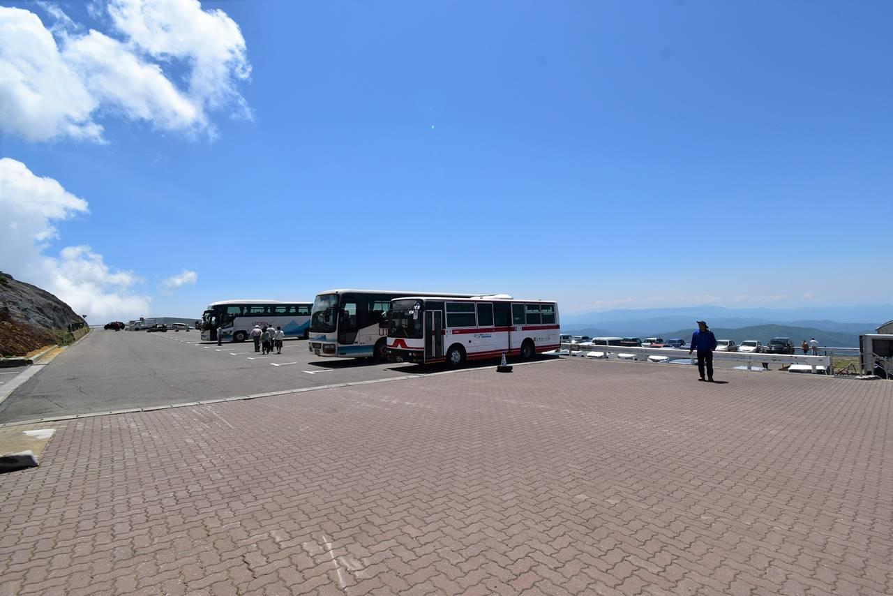 蔵王山頂レストハウスの駐車場とバス停