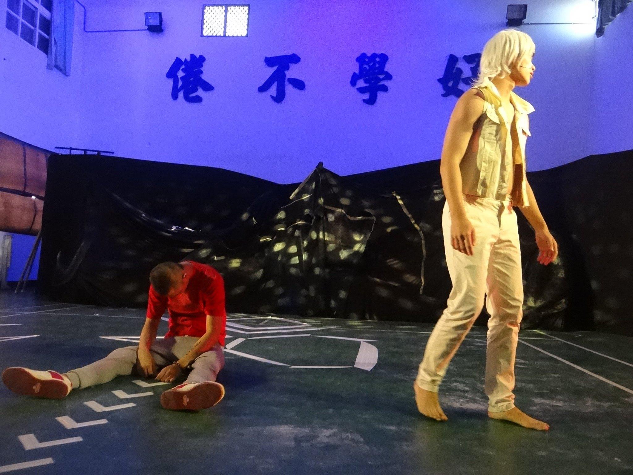 差事劇團帶領誠正中學仁班同學於校內禮堂演出的戲劇《山中樂園》。(差事劇團攝)