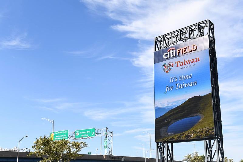 大都會主場花旗球場看板的「台灣日」宣傳廣告。(大都會提供)