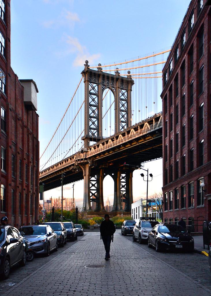 Caminando por Washington Street hacia el mirador de Dumbo