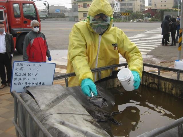 1070712新聞相片-臺中市梧棲區非法堆置1,178桶的貝克桶場址採樣情形