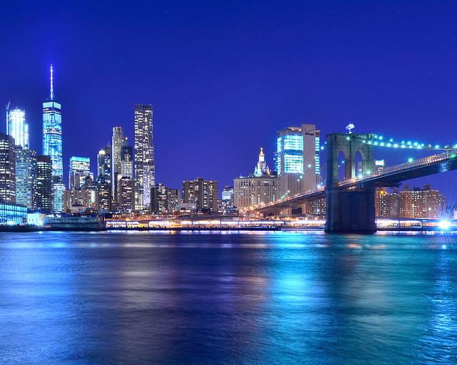 Vistas del puente de Brooklyn de noche