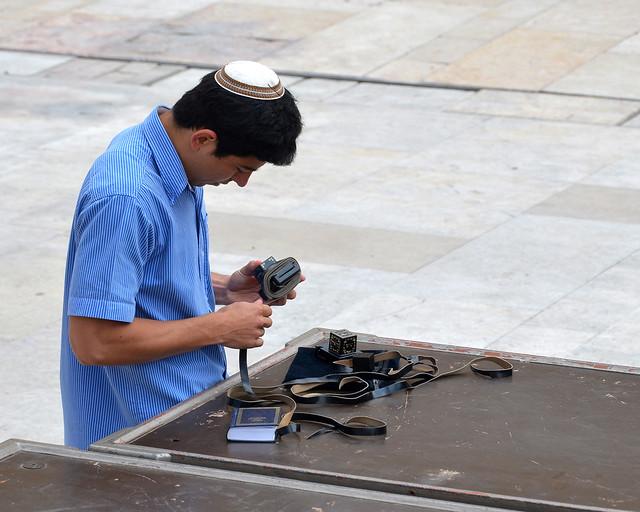 Judío preparándose para rezar en el muro de las lamentaciones de Jerusalén