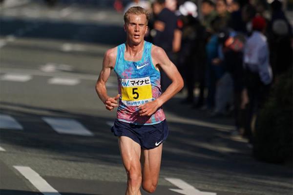 Ο Νορβηγός Sondre Moen λίγα μέτρα πριν την επίτευξη του Ευρωπαικού Ρεκόρ Μαραθωνίου (2:05:48 ) στην Fukuoka!