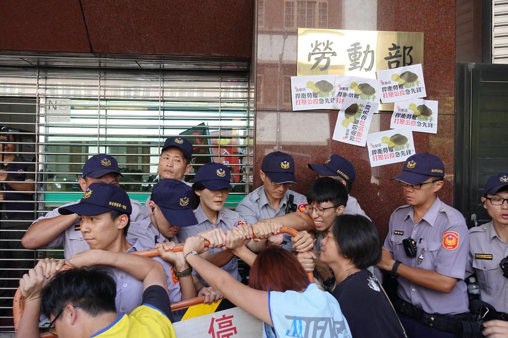 抗议群众和警方推挤。(摄影:张智琦)