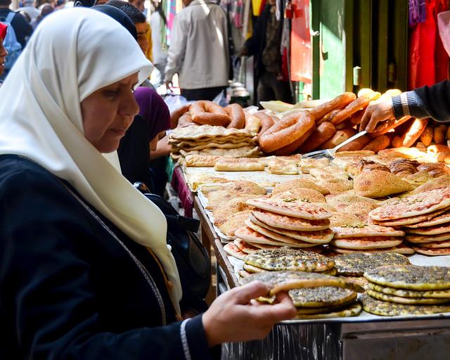 Señora comprando pan en uno de los zocos de la ciudad vieja de Jerusalén