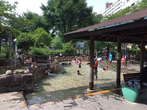 じゃぶじゃぶ池で遊ぶ