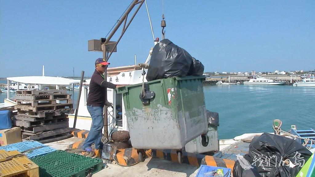 961-1-12s漁船正在吊裝的垃圾子車,是一大早前往員貝跟鳥嶼,兩處二級離島收回來的垃圾。