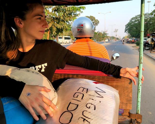 Cargando maletas en un tuktuk tras seguir una serie de consejos para viajar barato