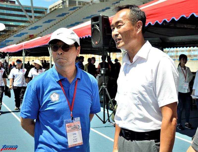 韓籍教頭田仁秀(左)與台北市體育局局長李再立。(張哲郢/攝)