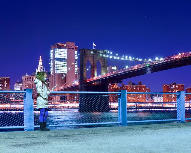 Mirador Brooklyn Bridge Park con el puente de Brooklyn iluminado al fondo