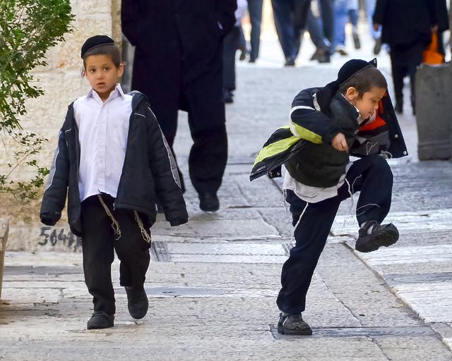 Niños judíos jugando por las calles de Jerusalén