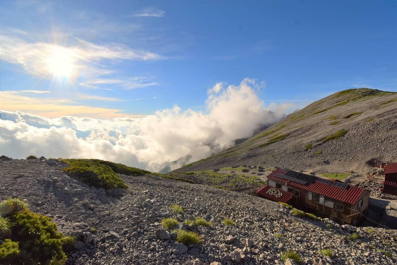 南岳小屋と雲海